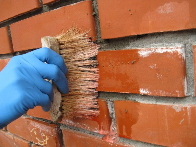 Очистка поверхности кирпичной стены