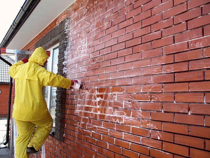 Нанесение очистителя на кирпичную стену
